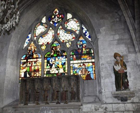 La chapelle absidiale gauche avec son retable des 6 apôtres À droite, statue du XVIe siècle : saint évêque bénissant