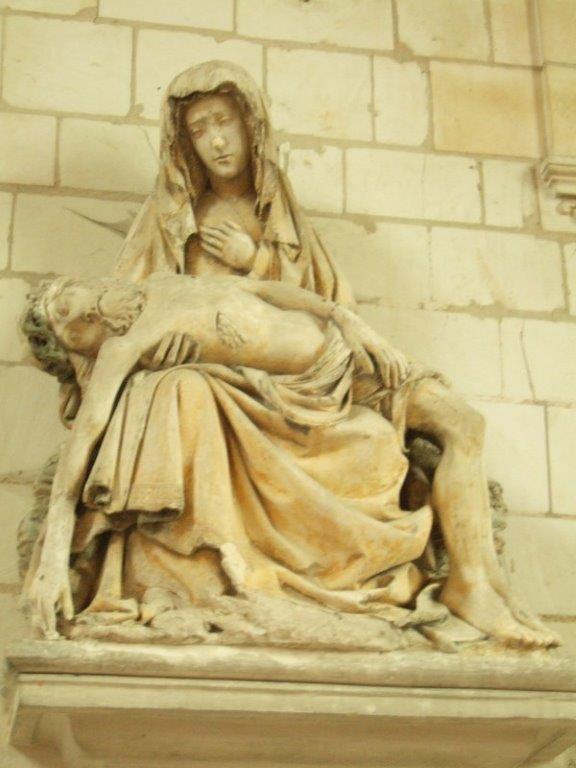 Piéta de l'école troyenne de sculpture (1ère moitié du XVIe siècle) On ne manquera pas d'admirer les draperies très richement travaillées.