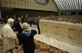 Le pape Benoît XVI devant le Saint Suaire