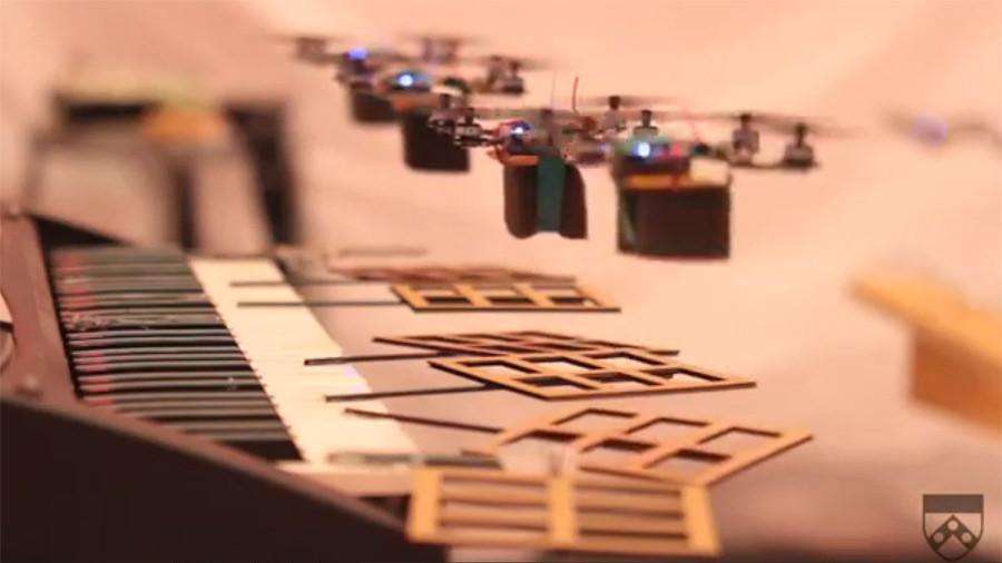 квадрокоптеры GRASP играют тему из Джеймса Бонда (James Bond)