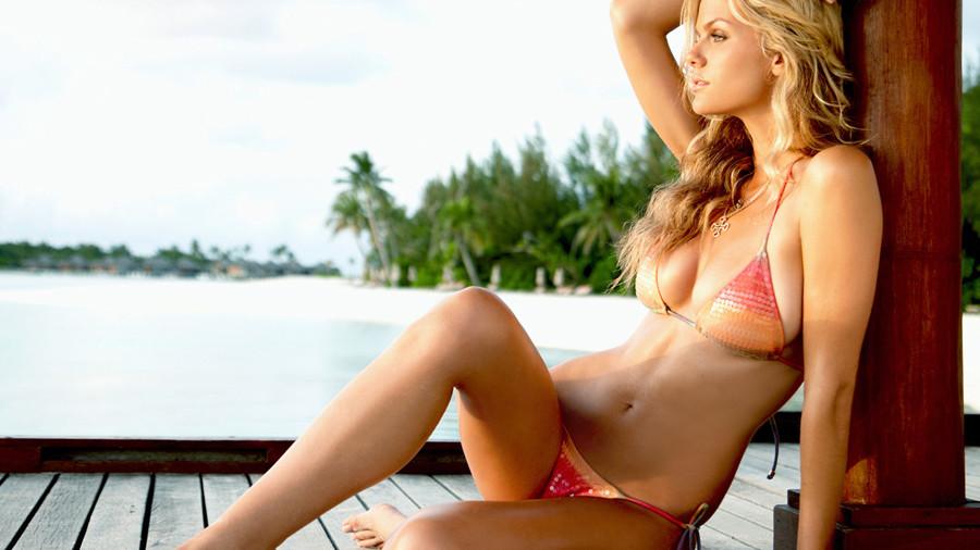 девушка, модель, brooklyn decker, купальник, грудь, сидит, смотрит, вдаль, бухта, пальмы, пляж