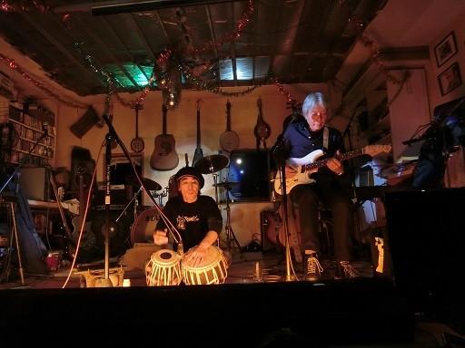 北澤さんが演奏されてるのはタブラ(北インドの太鼓)でーす。人の声みたいに自在に音が変化するのだー。