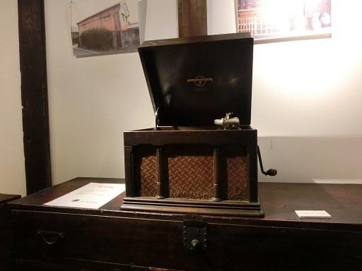 蓄音器はっけーん♪屋敷内には古いレコードも残されてるとか。