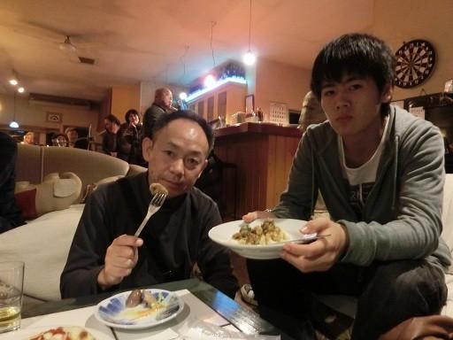 タロ君の食ってるカレーが美味そう・・・「ひとくち」くれ~。タロ君優しいから「食べていいよ」わぉ!マジウマ~。