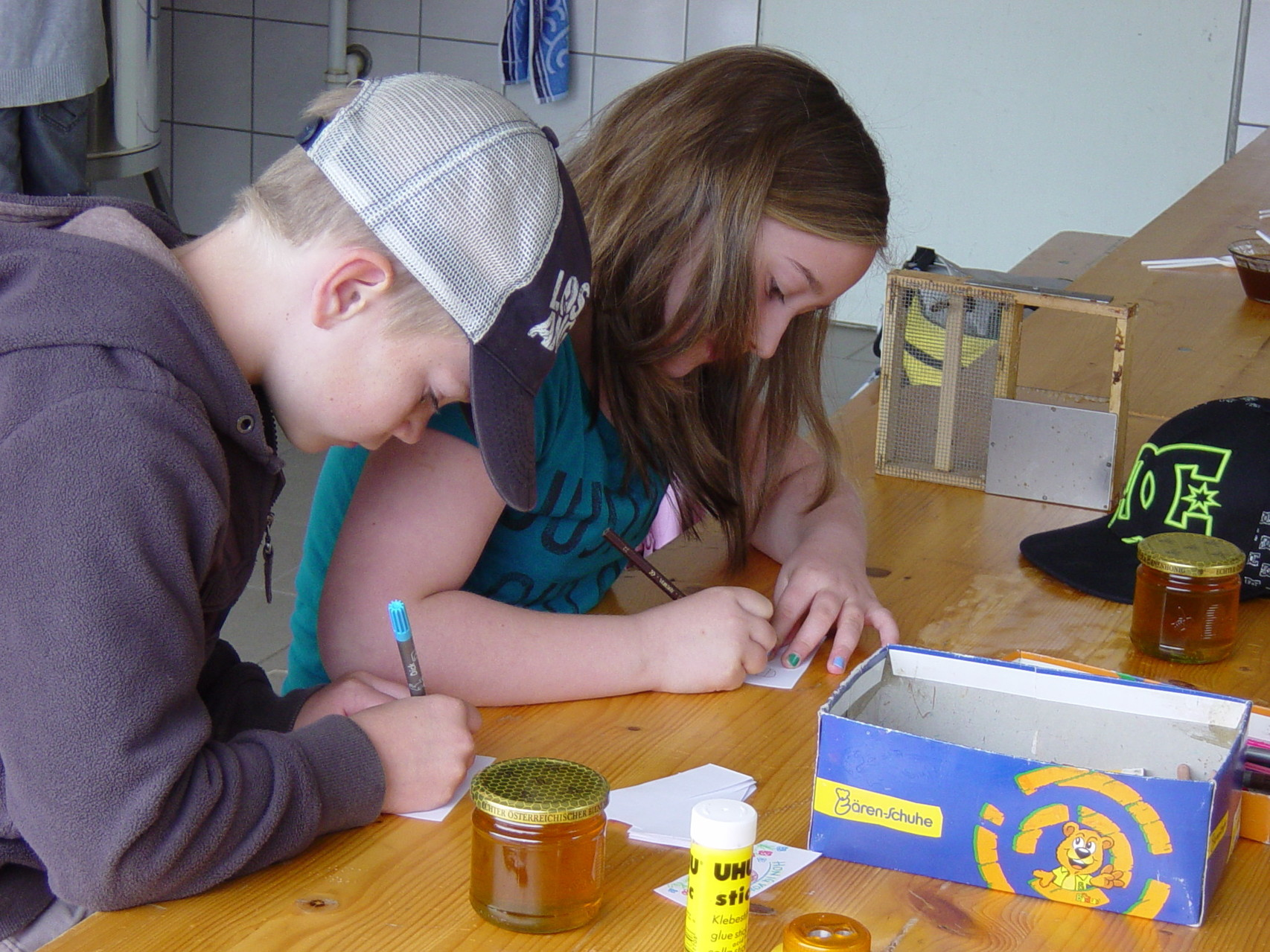 Die Kinder durften sich ihre eigenen Etiketten für ihren Honig gestalten.