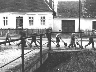 Hörersdorf: Ratscher-Buam bei Haus Treimer - Foto von Leopold Zieger