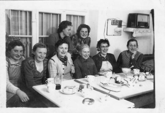 Hörersdorf im Jänner 1960:  Jause beim Federnschleißen bei Fam. Juliana u. Matthias Strebl (alte Hausnr. 77) - Foto von Gertrude Schmidt