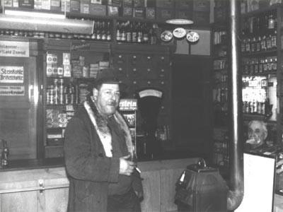 Hörersdorf: Hr. Bösmüller mit Karl Koppensteiner im Kaufhaus
