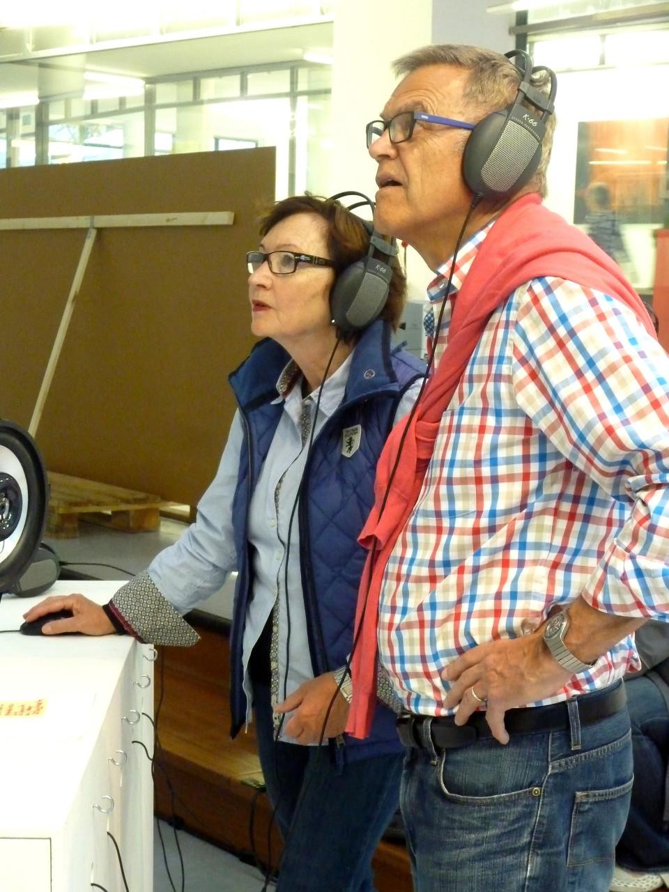 Stadtklang //: Hörorte - Besucher der Ausstellung an der Klangkarte