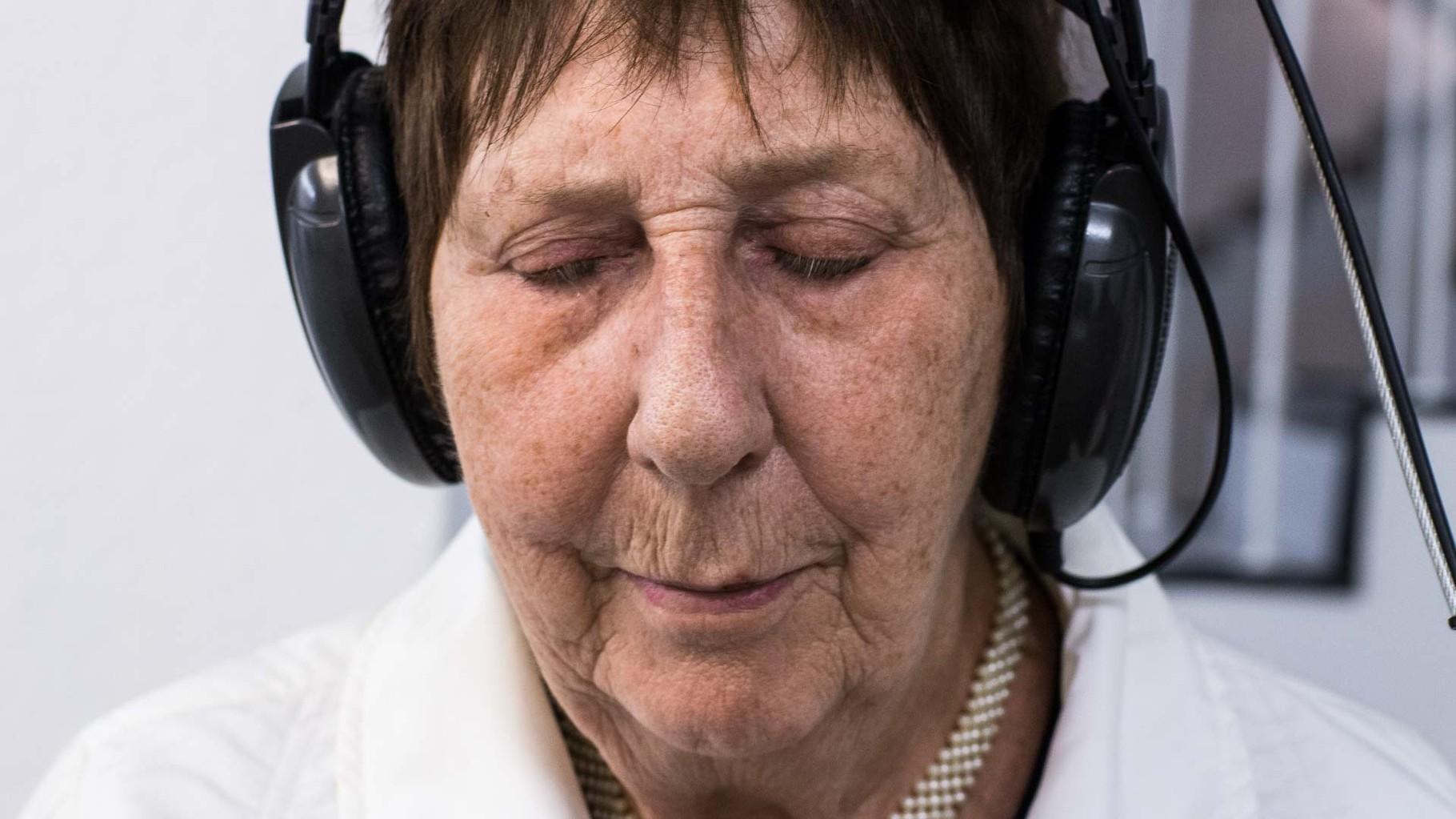 Stadtklang //: Hörorte - Besucher der Ausstellung hören die Essener Hörgeschichten