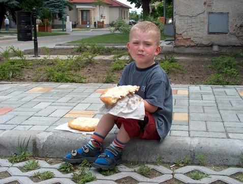 Adam beim Langos mit Sauerrahm und Käse 04/2007