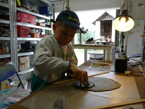 Adam in unserer Bastelwerkstatt und Töpferei