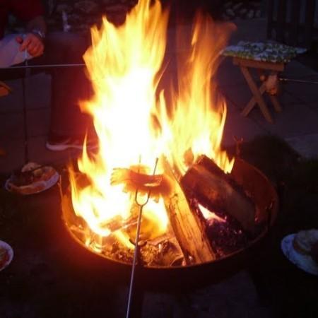 Speckbraten über dem offenen Feuer