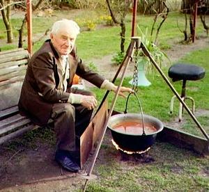 """Szücs, Imre """"Tata"""" anno 2003 beim Pörkölt kochen"""