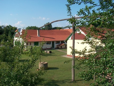 Blick vom Obstgarten zum Wohnhaus und Ferienhaus