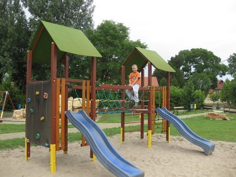 Adam am Spielplatz in Ruzsa 07/2011