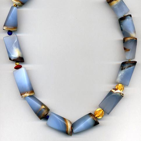 Halskette mit Chalzedon, Korallen & Lapis, Gelbgold 900 & 750