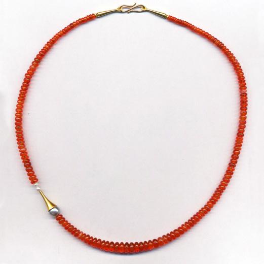 Halskette mit Feueropal, Tahiti- und Süsswasserperlen, Gelbgold 900 & 750