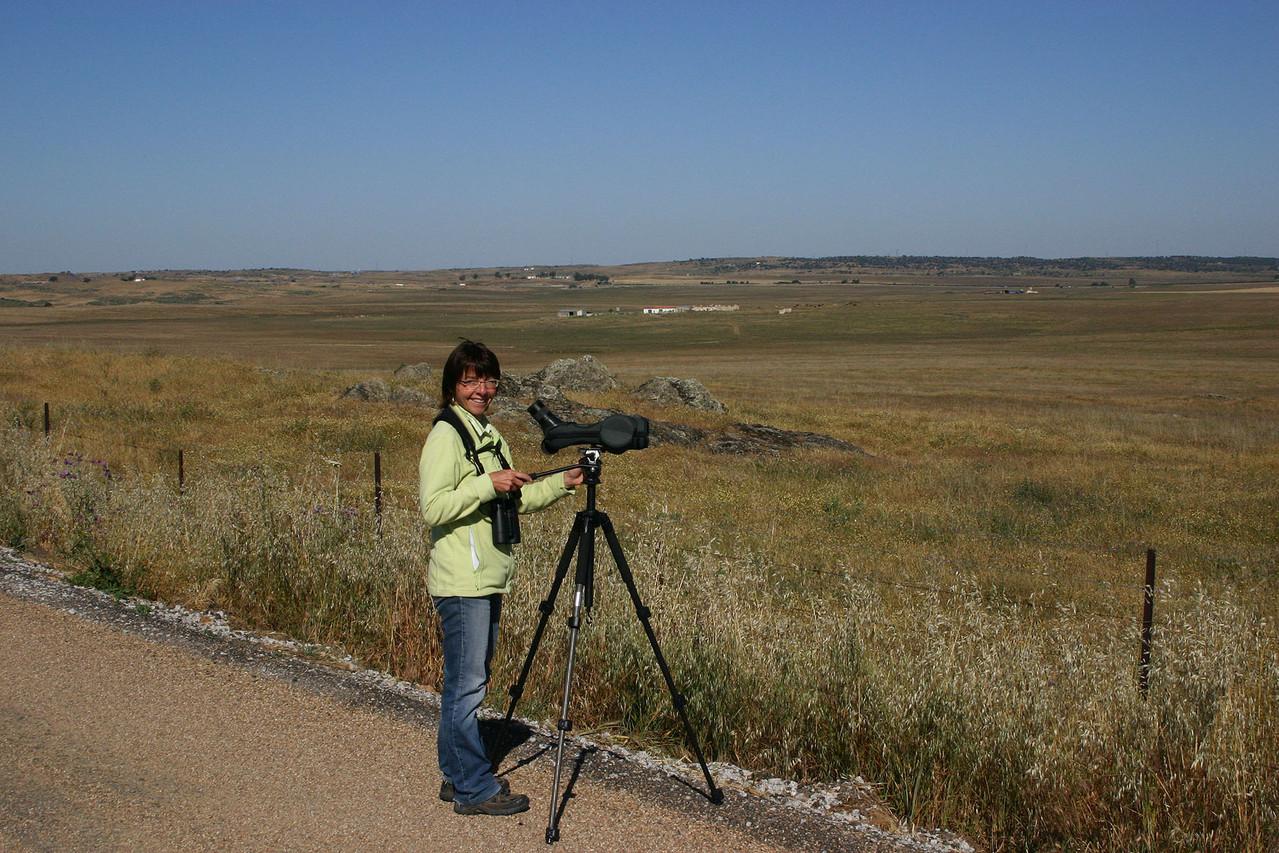 Edith  beim Absuchen des Steppenlandes in der Nähe von Belen