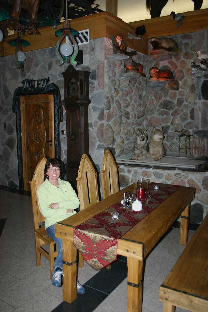 """Beim Abendessen an unserem """"Stammtisch"""" werden wir von zwei Wölfen beobachtet"""