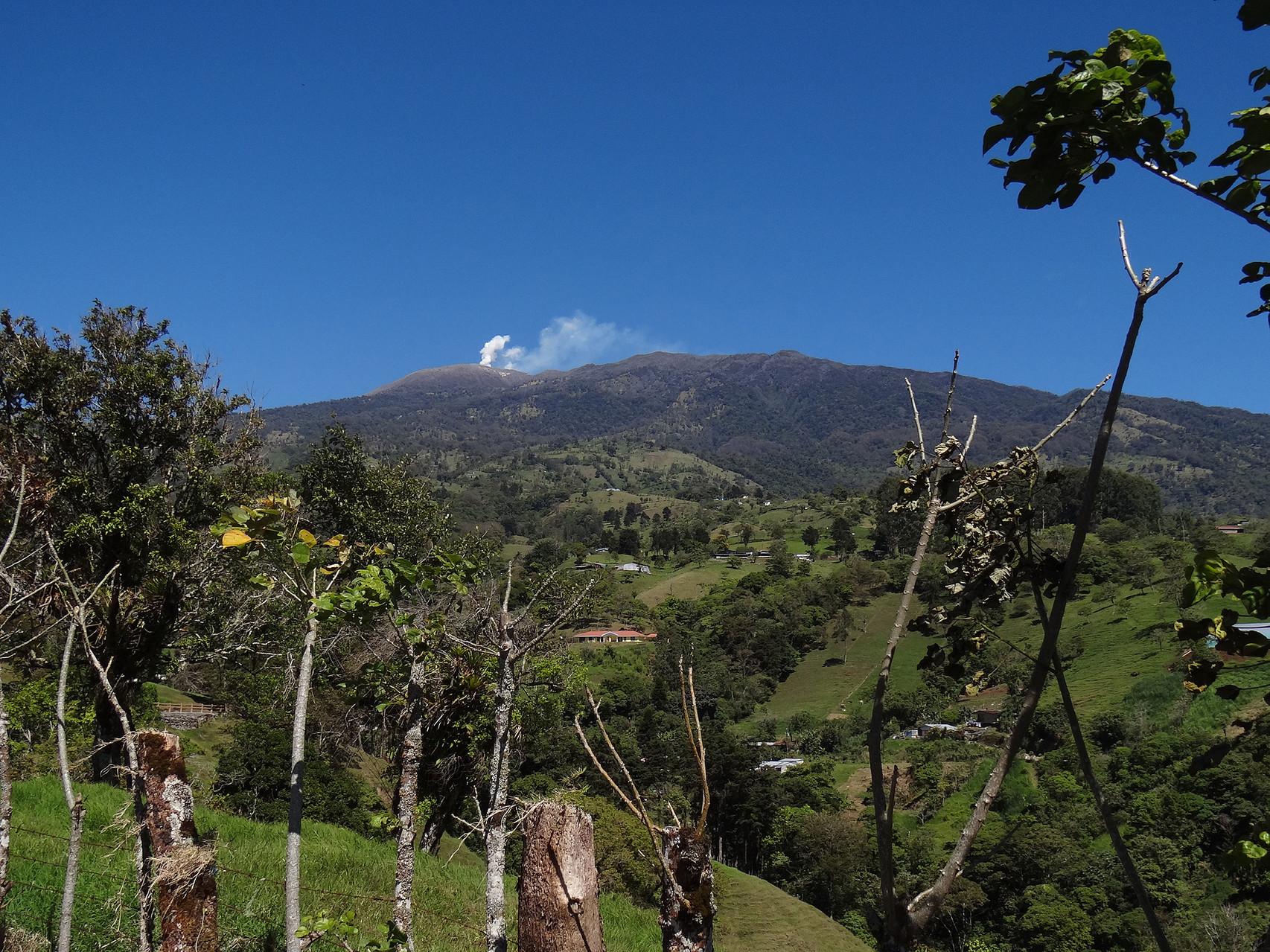 Der Vulkan Turrialbe zeigt ständig eine weisse Dampffahne