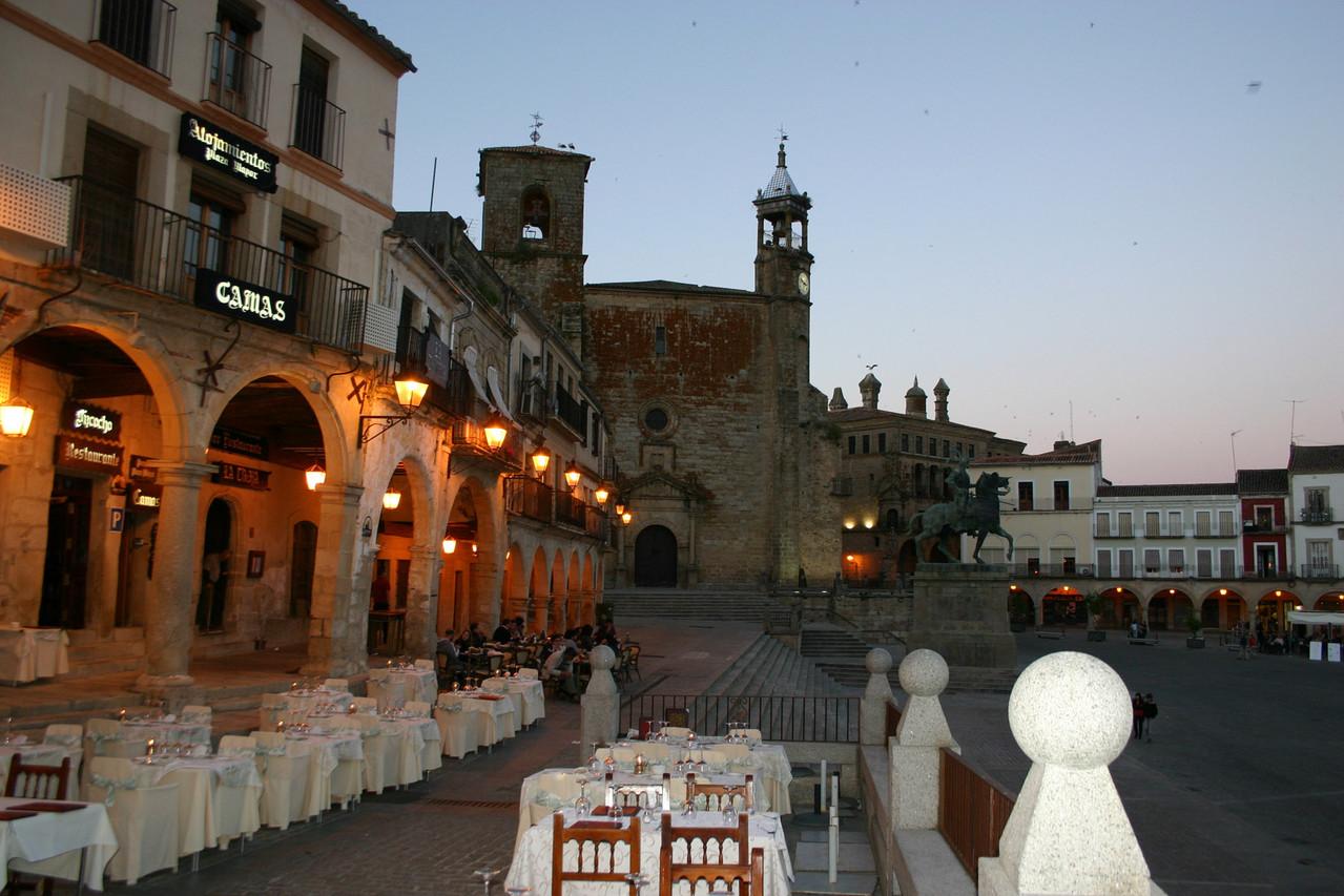 Plaza mit einmaliger Abendstimmung: Altstadt von Trujillo