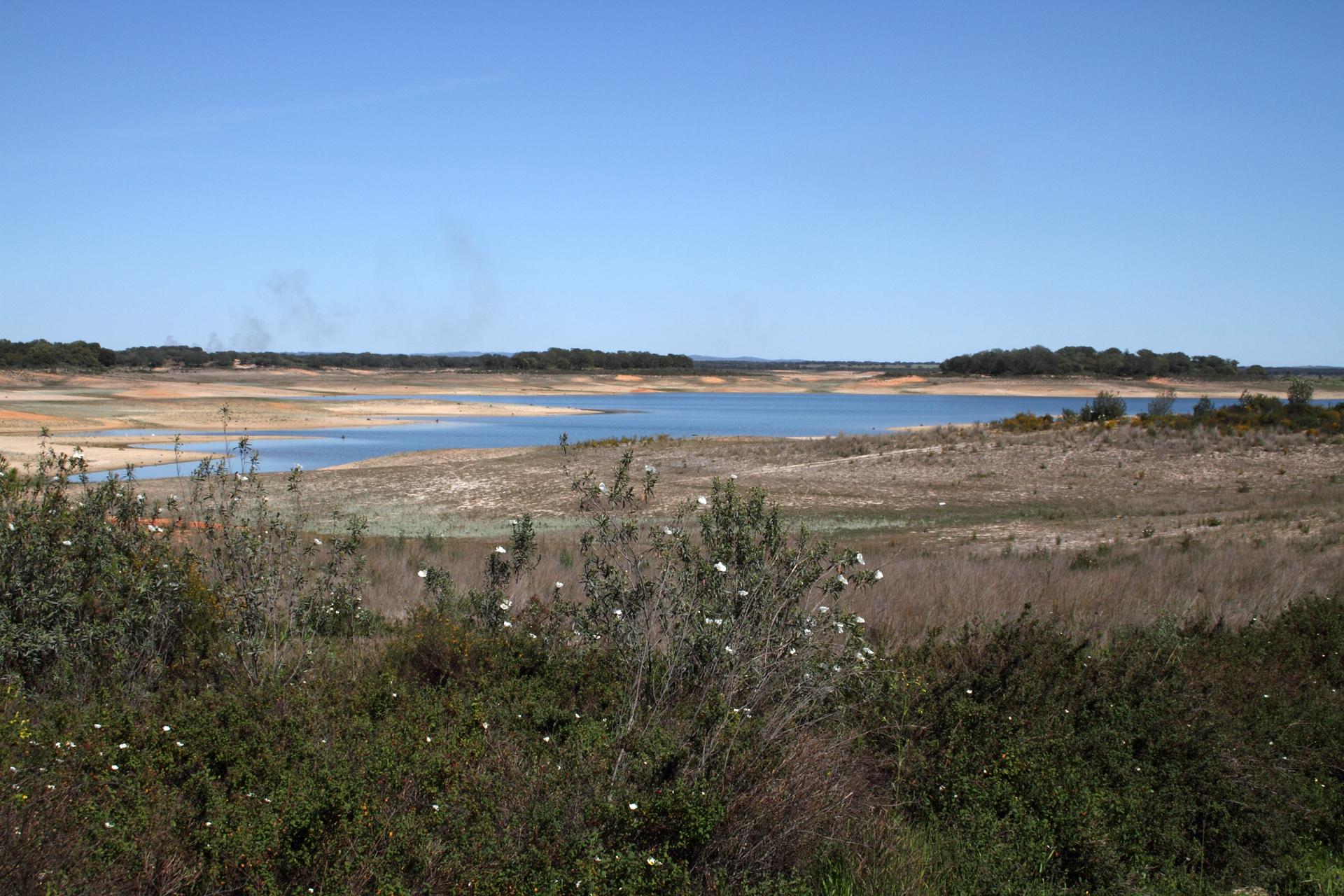 Der Stausee Barragem de Odivelas in der Nähe von Ferreira do Alentejo