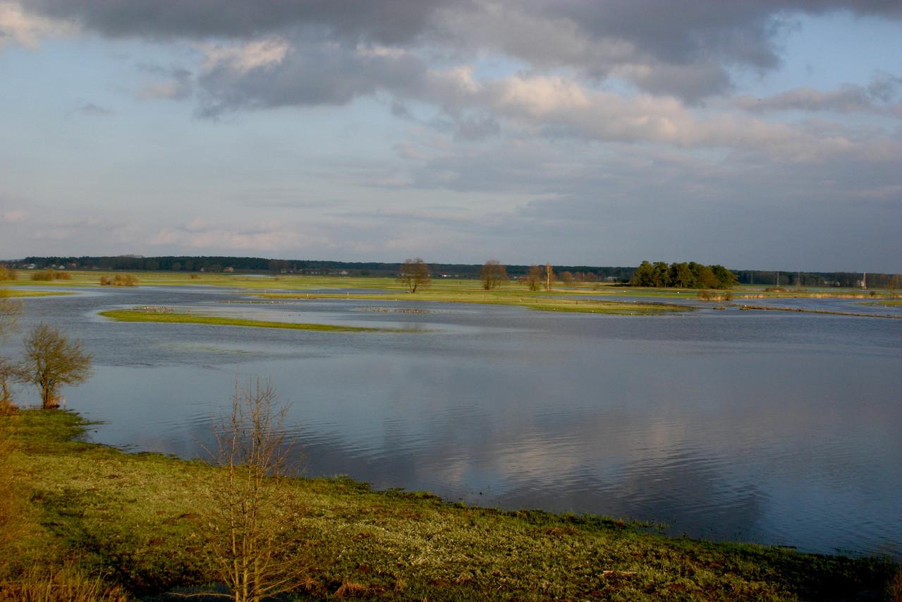 Land unter - das Flüsschen Narev bildet in der Nähe von Strekowa Gora einen flachen See