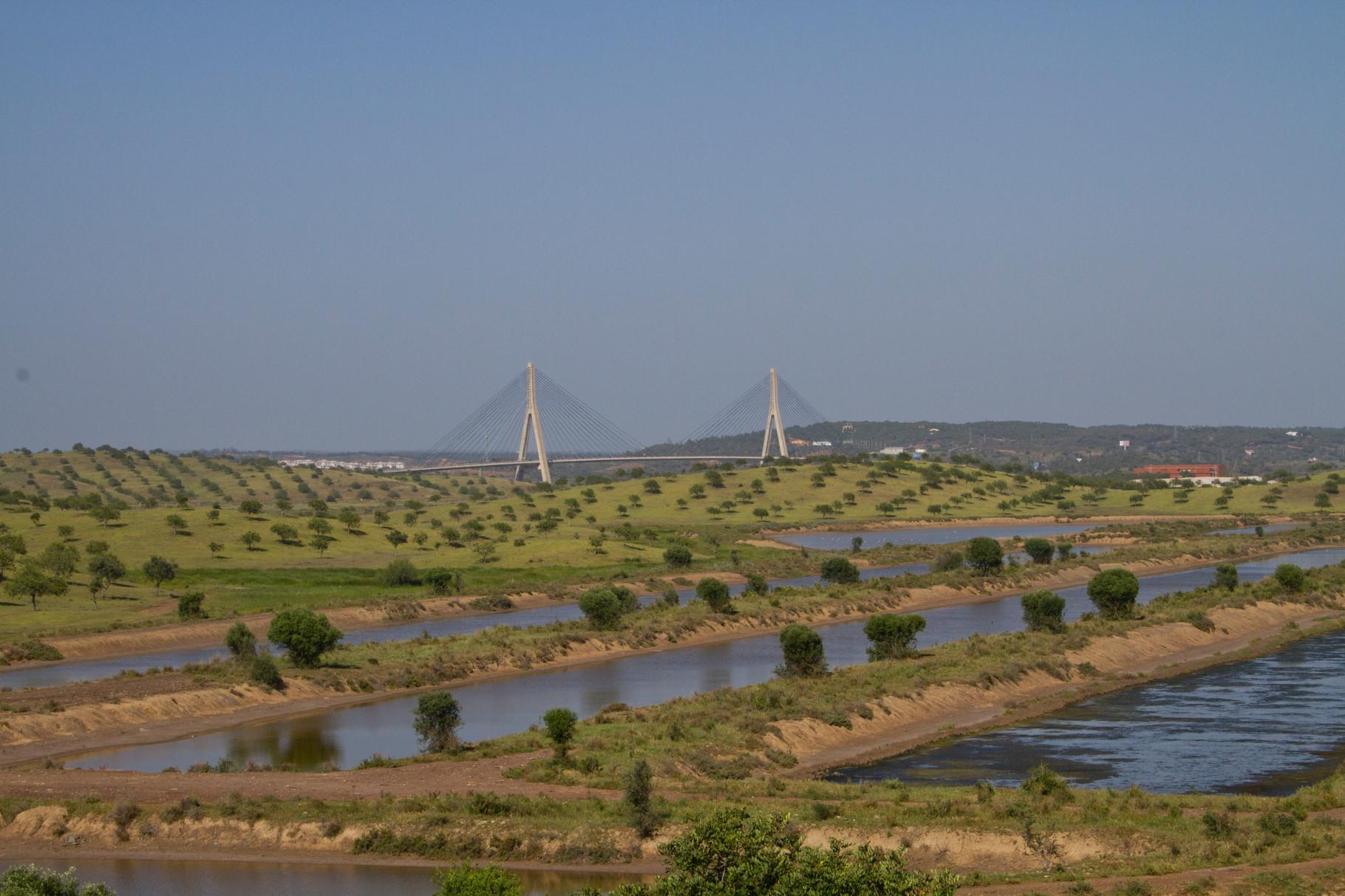 Die Salinen von Castro Marim (Algarve) und die Autobahnbrücke über den Guadiana, die Portugal und Spanien verbindet