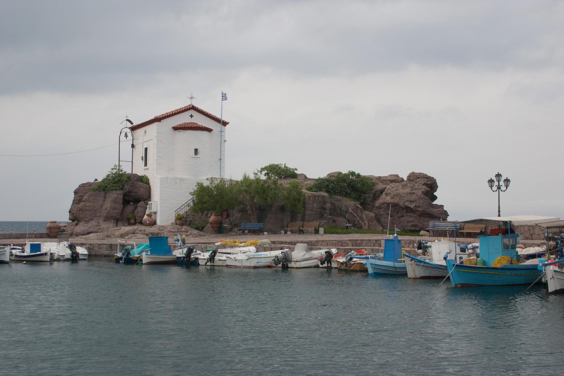 Fahrt der Nordküste entlang: die berühmte Kapelle am Hafen von Skala Sikaminias