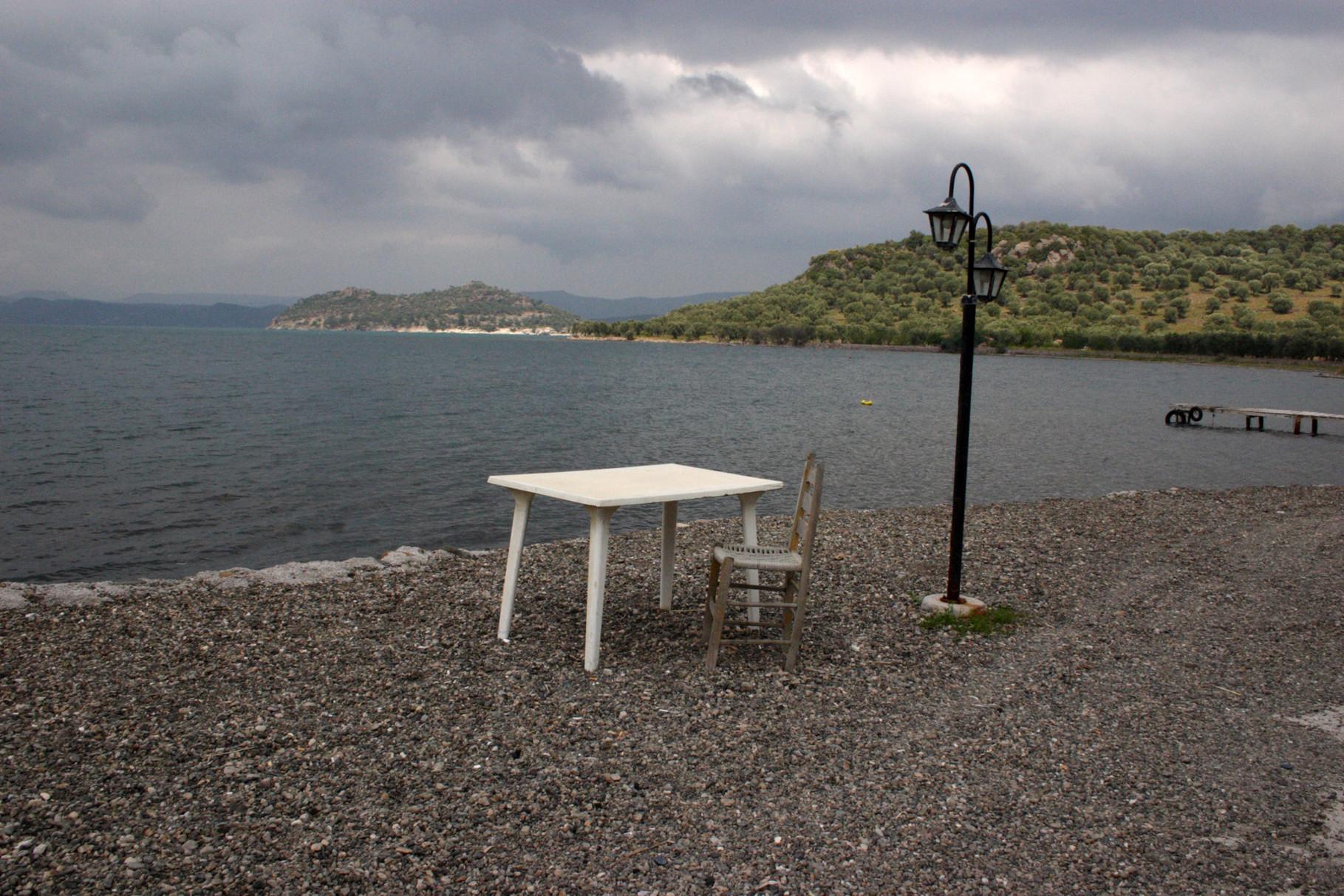 """Bei der Taverne ist ein Tisch am Strand, der direkt aus dem Film """"Shirley Valentine"""" stammen könnte"""