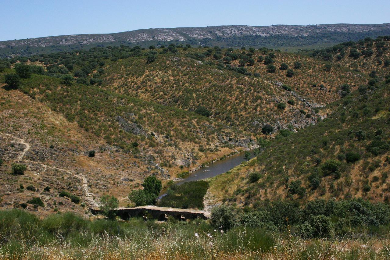 Weg durch das Tal des Arroyo de la Vid mit uralter Steinbrücke