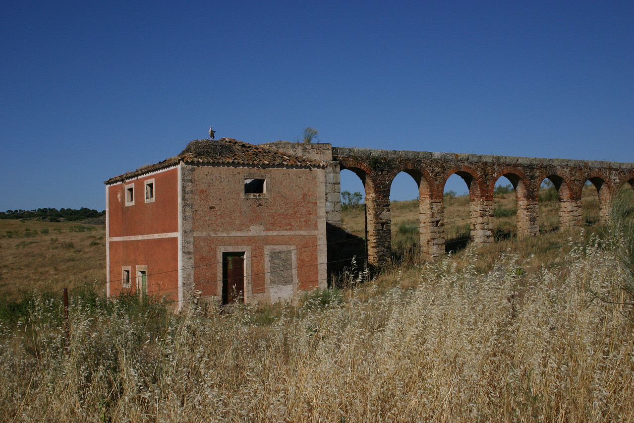 Gebäude mit einem eigenartigen Äquadukt, wahrscheinlich eine ehemalige Mühle, Nähe Trujillo