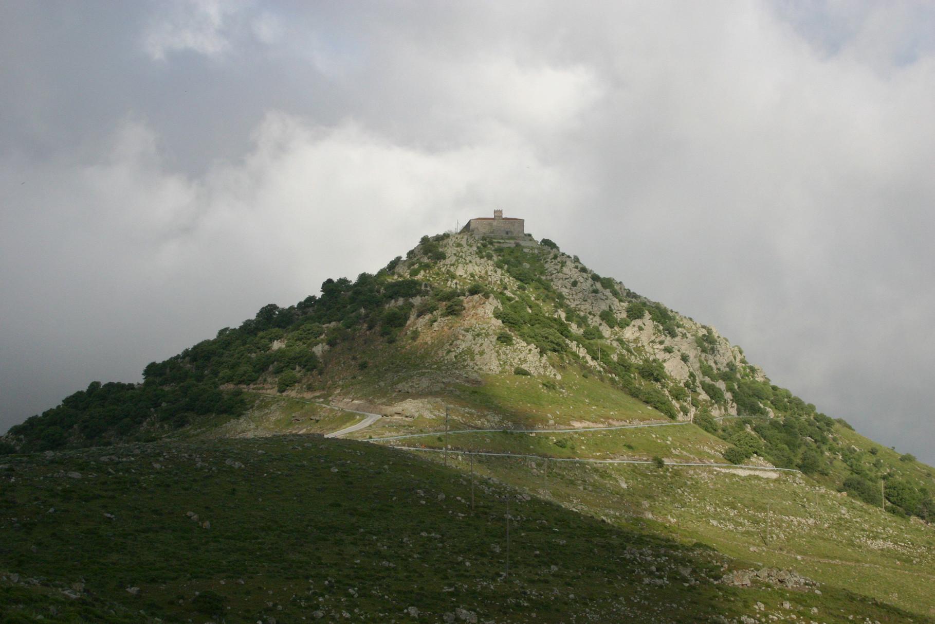 Einer der ornithologischen Hotspots im Westteil der Insel: der Hügel mit dem Kloster von Ipsilou
