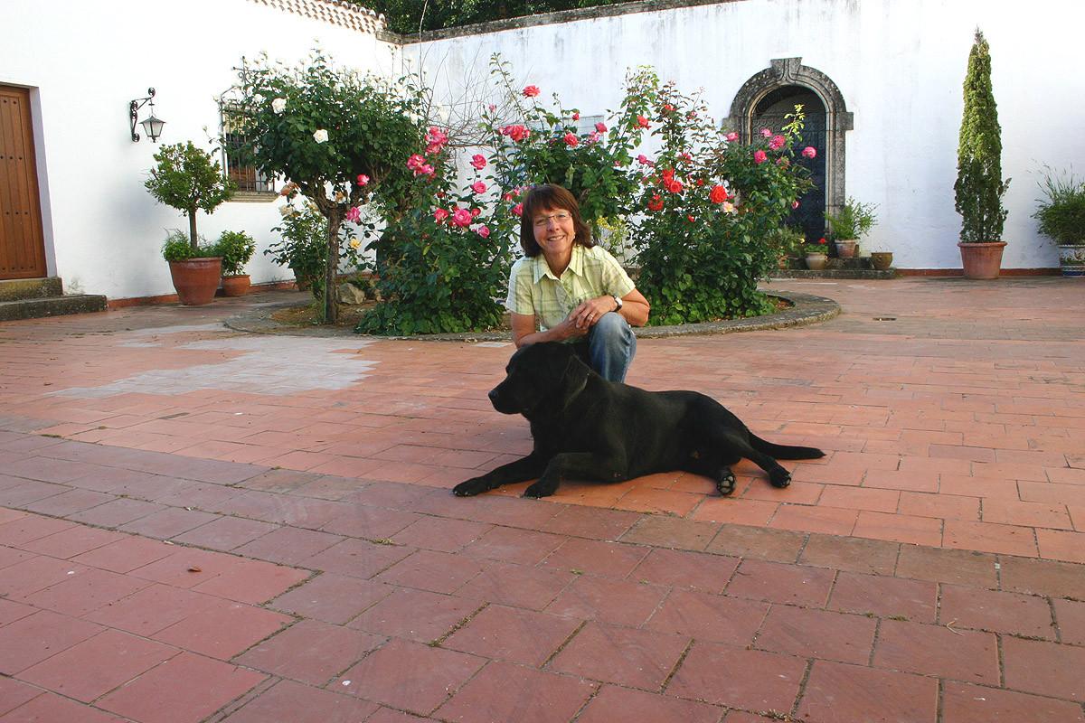 ...Edith mit Hotelhund «Kimmy» im Innenhof...