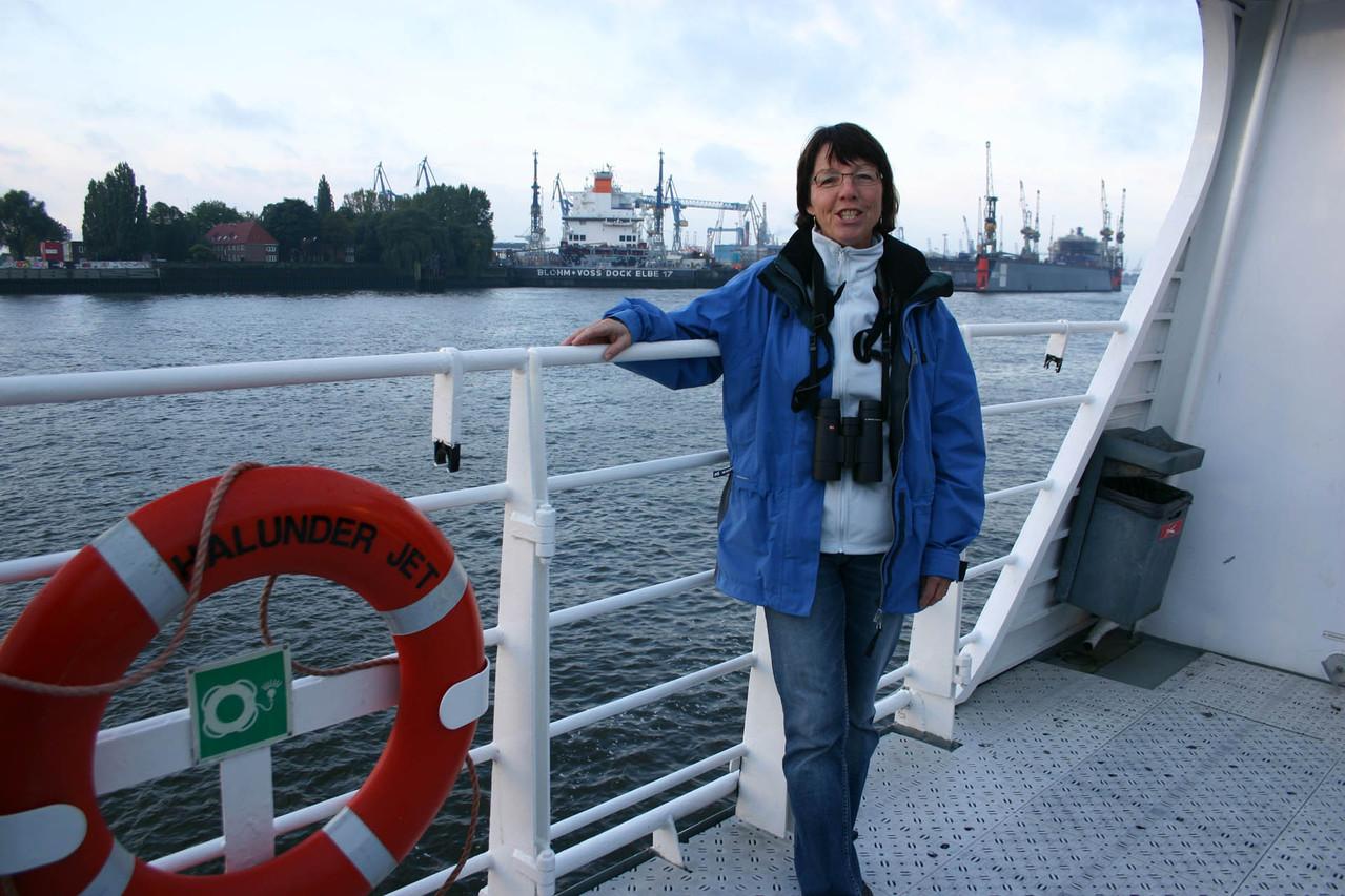 Mit dem Halunder-Jet unterwegs auf der Elbe Richtung Helgoland - Edith ist bereit für Vogelbeobachtungen.