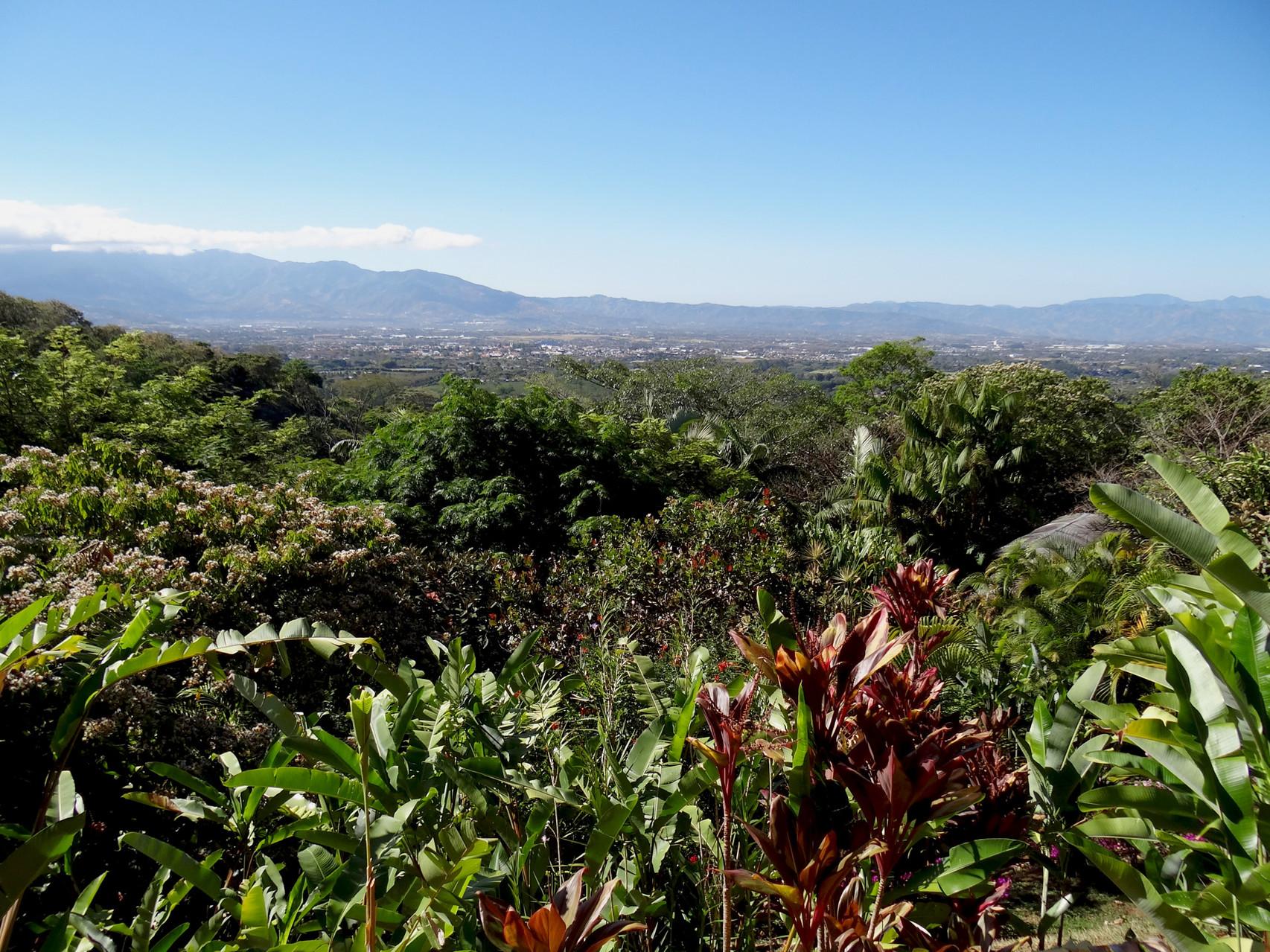 Blick von der Terrasse des Xandari-Hotels auf San José/Alajuela
