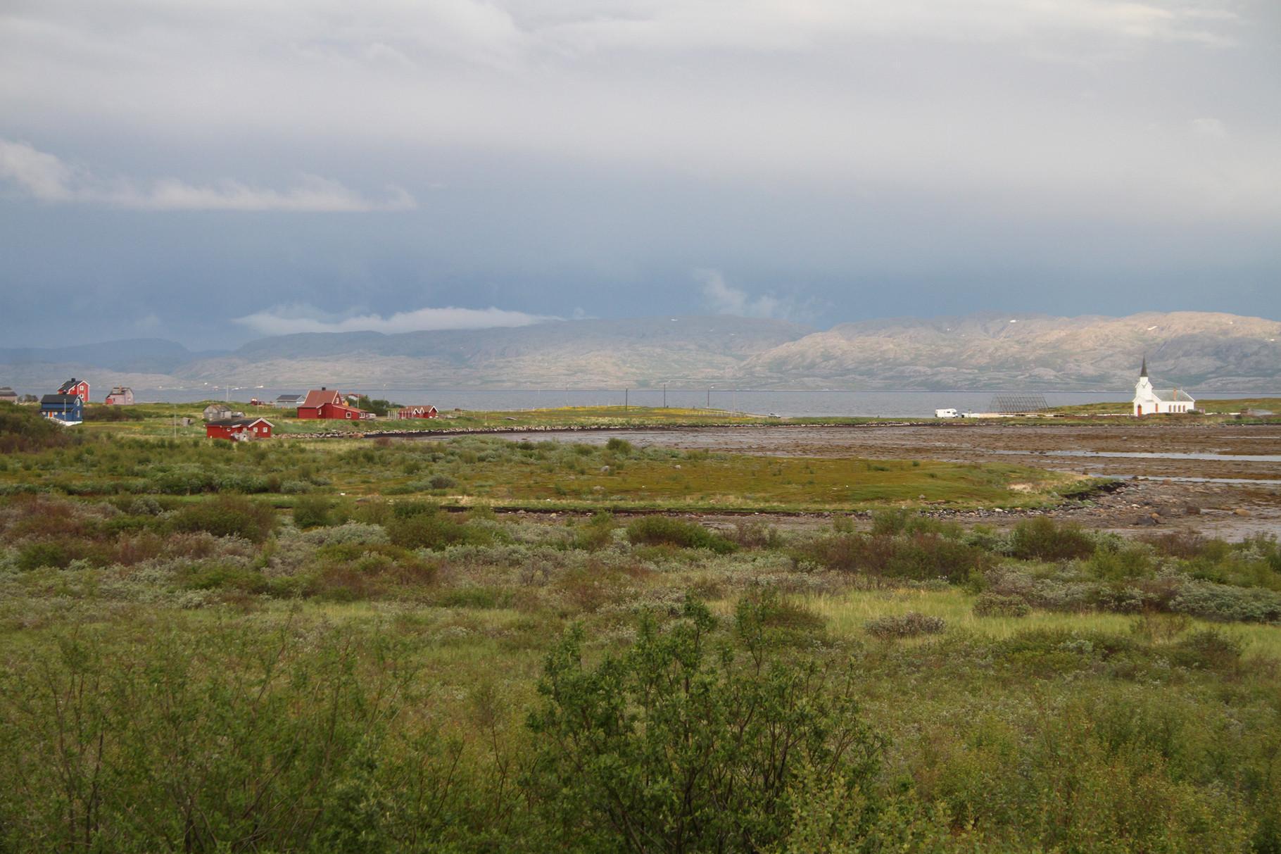 Der Varanger-Fjord mit der Kirche von Nesseby bei einer speziellen Wetterstimmung