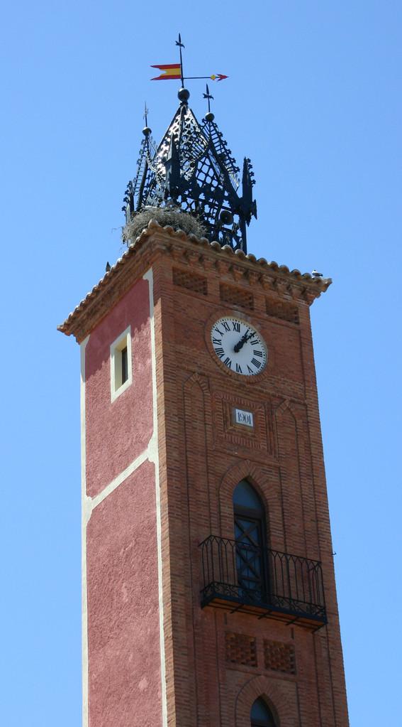 Turm des Rathauses von Oropesa mit Storchennest