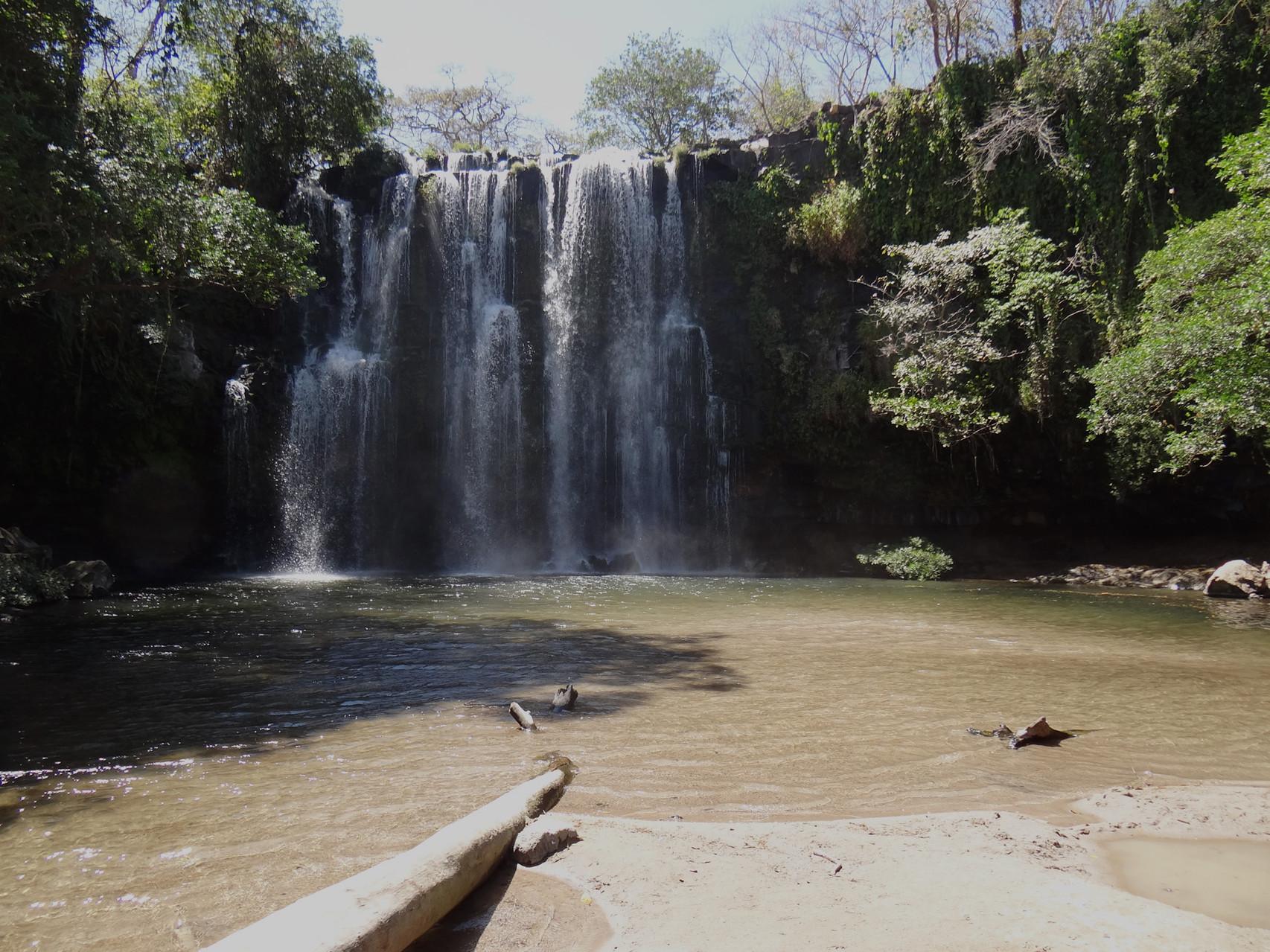 Unterwegs zum Palo Verde Nationalpark, ein schöner kühler Wasserfall