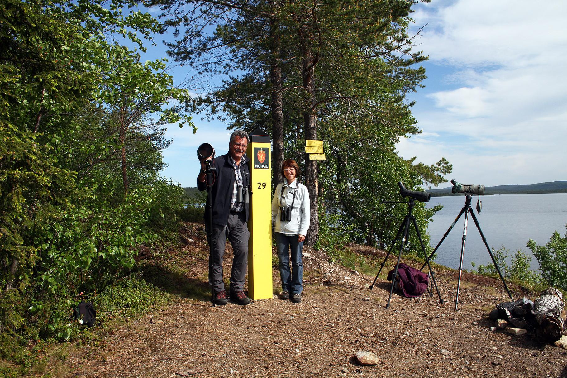 Der Pasvik-Fluss bildet die Grenze zu Russland, die Hügel im Hintergrund sind bereits russisches Gebiet