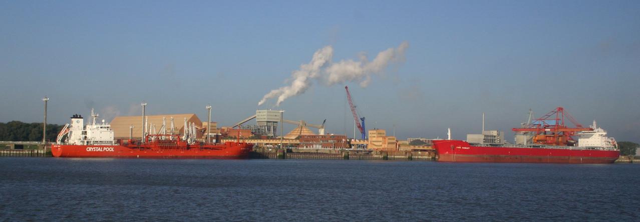 Der Weg nach Helgoland führt über Hamburg, im Hafen ist immer viel Betrieb.