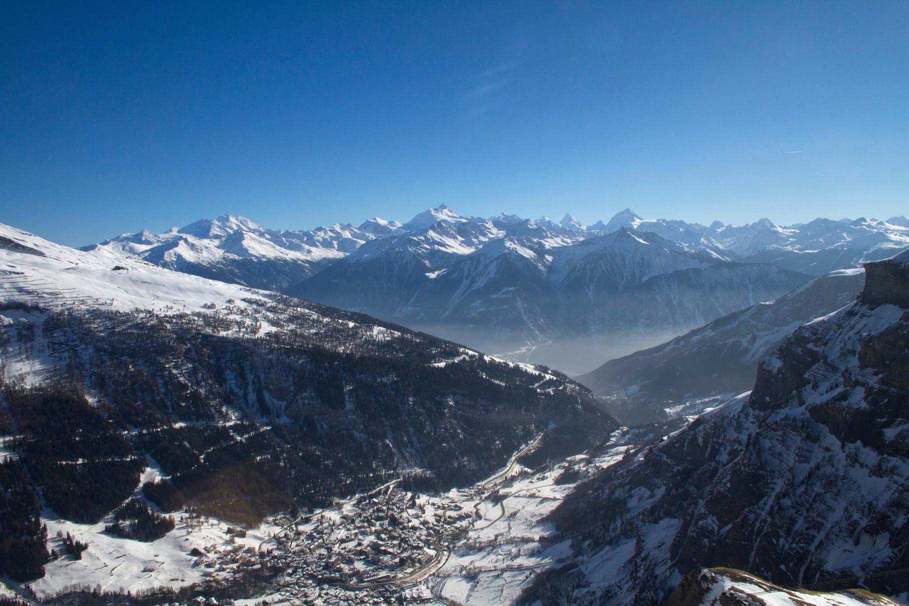 Blick auf Leukerbad und die Walliser Alpen (rechts der Bildmitte das Matterhorn).