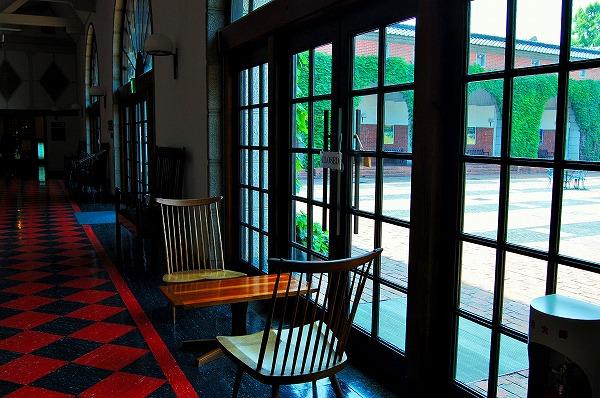ホテル館内のいたるところに、民藝の調度品や家具が配置されています