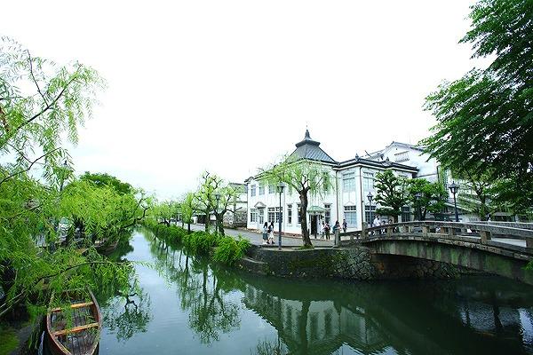 倉敷川の川面に映える美しい柳並木