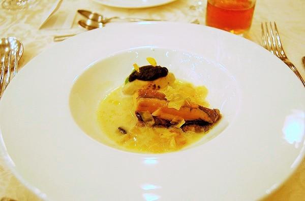 活アワビの柔らか蒸し 肝と蕎麦粉のニョッキ 焼きナスのソース:東京 岸本直人chef