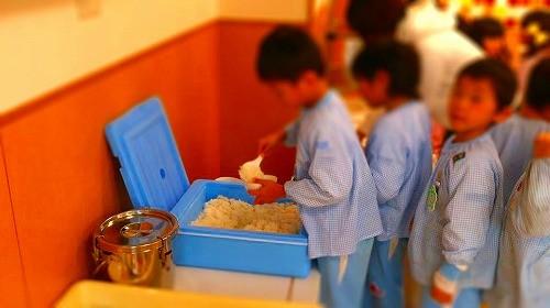 自分でご飯をよそう「新ひのお台幼稚園」の園児の皆さん ご飯は当会認証の「朝日米」です