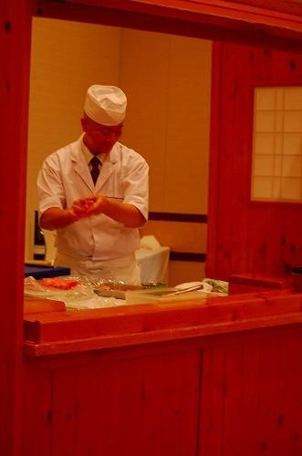 寿司職人の石崎さん、華麗な手さばきでどんどん握っています!