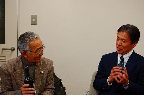 自慢の山ぶどうワインを進呈し、木村さんとワイン談義をする「ひるぜんワイン」の植木社長
