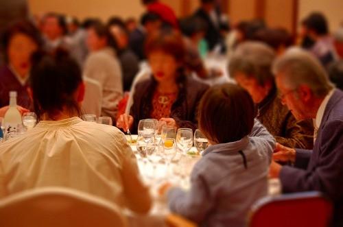 老若男女、さまざまな世代がテーブルを囲んでいます♪
